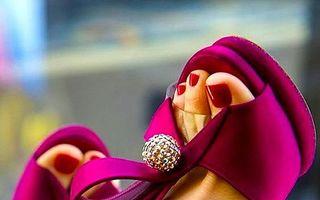 Ce culori pentru pedichiură să alegi în funcție de sandalele pe care le porți de Revelion