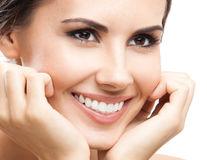 6 metode naturale prin care să elimini placa bacteriană de pe dinți
