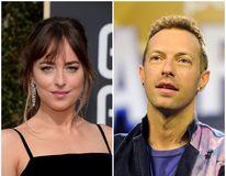 Flagrant amoros: Dakota Johnson şi Chris Martin, pozaţi pentru prima oară împreună