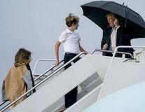 O nouă gafă marca Donald Trump: a păstrat umbrela pentru el, iar soția și fiul său au rămas în ploaie