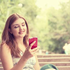 Femeie care trimite mesaje