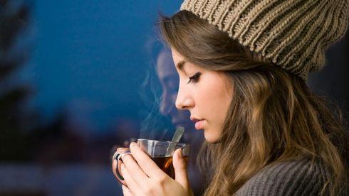 Fată care bea ceai