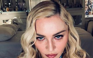 Madonna îmbătrâneşte urât: Regina muzicii pop a pozat topless la 59 de ani
