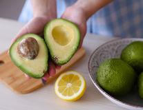 Avocado: cum să-l alegi, să-l păstrezi și să-l mănânci corect