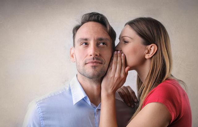 Femeie care îi şopteşte ceva partenerului