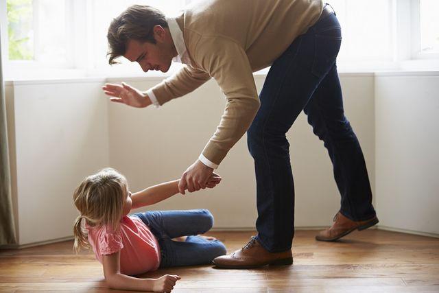 Ce pățesc copiii care primesc palme la fund
