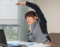 Cele mai bune exerciții fizice pe care le poți face la birou