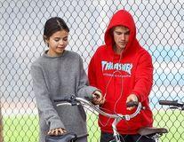Justin Bieber şi Selena Gomez s-au pregătit de nuntă: Tatăl cântăreţului s-a însurat