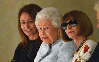 Regina adoră moda: Elisabeta a II-a, vizită surpriză la Săptămâna modei de la Londra