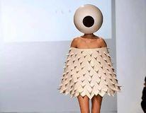 Când moda o ia razna: 25 de ţinute ciudate care stârnesc râsul