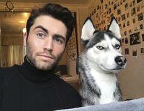 Ce mai fac unii pe Instagram: Îşi imită animalele de companie!