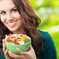 """Cum să-ți """"păcălești"""" creierul ca să mănânci mai puțin. 6 trucuri ale unui expert"""