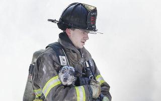 Adevărați eroi: 30 de imagini emoționante cu pompierii care își riscă viața pentru a salva animale