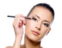 Cum să aplici corect creionul dermatograf în funcție de forma ochilor