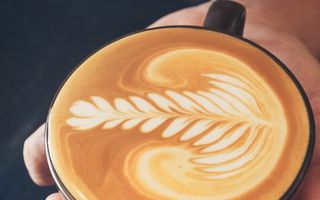 Merită să bei cafeaua cu lapte de migdale? Tu decizi!