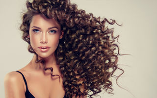 Îngrijirea părului creț. Ghid complet