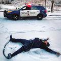 Poliţiştii ştiu de glumă: 20 de imagini în care oamenii legii se distrează pe cinste