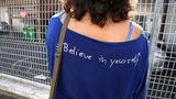 Oameni şi cuvinte: A călătorit 10 ani pentru a poza mesajele de pe haine