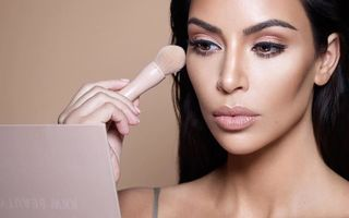 Trucul ciudat folosit de Kim Kardashian pentru gene dese și lungi
