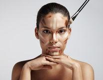 10 tehnici de machiaj promovate de influenceri, dar respinse de makeup artiști