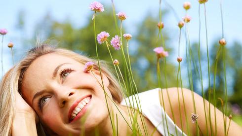 Fată frumoasă între flori