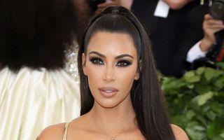 Kim Kardashian a purtat lentile de contact aurii la Gala Met