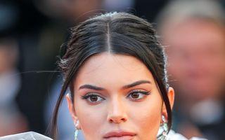 Kendall Jenner face senzație la Cannes cu ținute transparente și costume de baie decupate