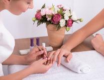 Îngrijirea unghiilor: Pericolele din saloanele de înfrumuseţare