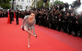 Kristen Stewart, desculță pe covorul roșu de la Cannes