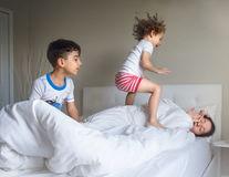 O zi din viaţa unei mame: Asta înseamnă să ai copii de crescut!