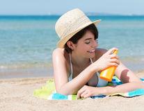 7 produse de înfrumusețare inutile. Dermatologii nu le folosesc niciodată!