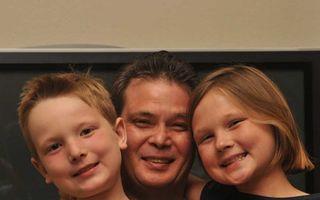 Emoţionant: Cadoul pe care un bărbat cu handicap şi fără serviciu i l-a făcut fiicei lui