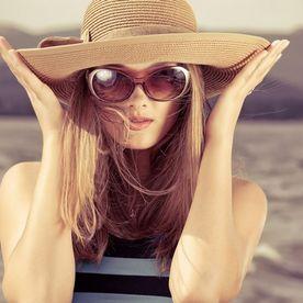 Fată cu pălărie de soare