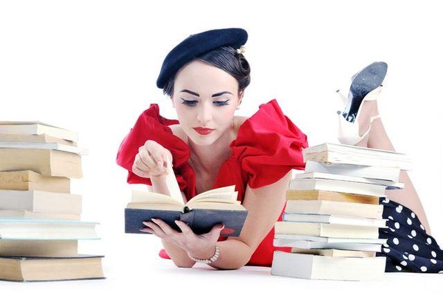 Fată studiind