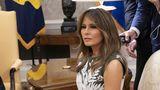 """Melania Trump a vizitat imigranții mexicani purtând o jachetă cu mesajul """"Mie chiar nu-mi pasă. Ție?"""""""