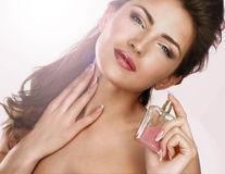De ce nu ar trebui să pulverizezi niciodată parfum pe păr
