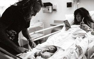Imaginea care a enervat mii de mame: O femeie îşi face un selfie după ce a născut, în loc să-şi îmbrăţişeze copilul
