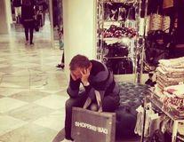 Cea mai proastă zi din viaţa oricărui bărbat: Să meargă la shopping cu soţia!