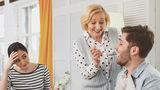 Felul în care partenerul tău se comportă cu mama lui afectează relația voastră. 8 semnale de alarmă