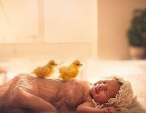 Când bebeluşii dorm, cei mai buni prieteni îi veghează: 16 imagini superbe