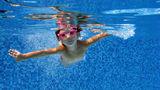 O fetiță a fost în pericol de moarte după ce a inhalat apă din piscină. Intuiția mamei sale i-a salvat viața
