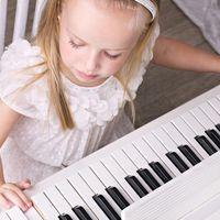 De ce ar trebui să programezi lecții de pian pentru copilul tău potrivit științei