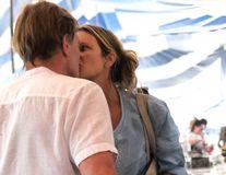 Elle Macpherson îşi sărută noul iubit: Bărbatul care a cucerit-o e un doctor controversat