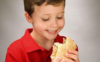 Copiii pot face pietre la rinichi dacă mănâncă prea multă carne, avertizează specialiştii
