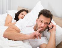 5 întrebări pe care să i le pui iubitului dacă bănuieşti că te înşală