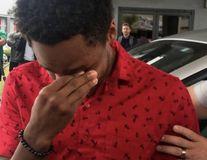 Un tânăr a mers pe jos 32 de kilometri ca să nu întârzie în prima zi de serviciu. Reacţia şefului i-a umplut ochii de lacrimi - VIDEO