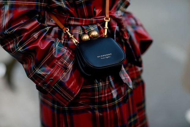Burberry arde genți, haine și parfumuri în valoare de milioane de euro