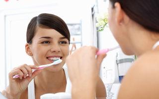 De ce îți sângerează gingiile când te speli pe dinți