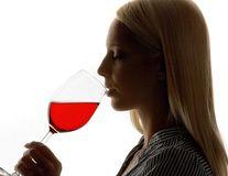 Un pahar nu-i bai! Alcoolul băut cu măsură previne demența