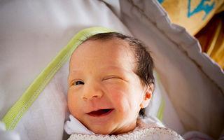 Cei mai mari cuceritori: 20 de bebeluși amuzanți, cu expresii de oameni mari